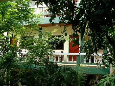 Green Home Hotel Karon - Vue sur le jardin des chambres d'hôtes.